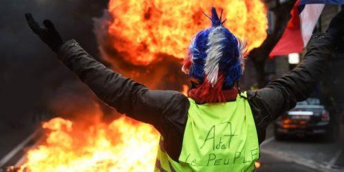 Gilet Jaune dans un environnement délétère : proximité immédiate du feu, maquillage forcé et teinture chimique de cheveux
